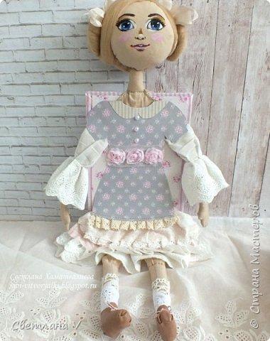Решила показать одну из любимых своих работ, этот блокнот с держателем я делала для себя: для хранения вязальных принадлежностей, схем салфеток и вышивок. К тому же я давно засматривалась на текстильных кукол и все не решалась сделать подобное, а тут пришла идея сделать интерьерную вещь: фото 11