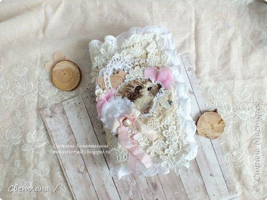 Решила показать одну из любимых своих работ, этот блокнот с держателем я делала для себя: для хранения вязальных принадлежностей, схем салфеток и вышивок. К тому же я давно засматривалась на текстильных кукол и все не решалась сделать подобное, а тут пришла идея сделать интерьерную вещь: фото 12