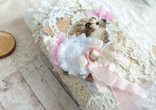 Решила показать одну из любимых своих работ, этот блокнот с держателем я делала для себя: для хранения вязальных принадлежностей, схем салфеток и вышивок. К тому же я давно засматривалась на текстильных кукол и все не решалась сделать подобное, а тут пришла идея сделать интерьерную вещь: фото 14