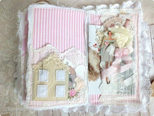 Решила показать одну из любимых своих работ, этот блокнот с держателем я делала для себя: для хранения вязальных принадлежностей, схем салфеток и вышивок. К тому же я давно засматривалась на текстильных кукол и все не решалась сделать подобное, а тут пришла идея сделать интерьерную вещь: фото 18