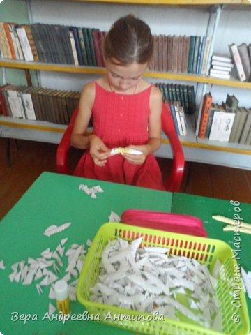 """Всем добрый день! В сельской библиотеке по средам проводят кружок """"Домовенок"""", посетить его могут все желающие, и все желающие могут выступить в роли преподавателя, научить других тому, что умеет сам. Вот и меня с внучкой пригласили провести МК для ребятишек по модульному оригами. Научила ребят мастерить ромашки. Модули белые были готовые с прошлого года, а желтые  крутили с внучкой вечером накануне. Ребятам заготовили по 10 прямоугольничков белых, они тоже покрутили, потренировались. И за два часа работы собрали ромашки. И вот такие довольные с цветочками побежали домой.))))  фото 4"""