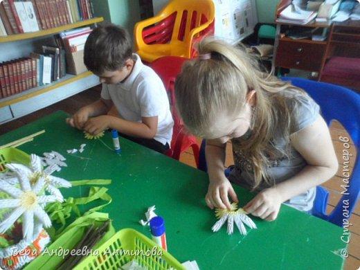 """Всем добрый день! В сельской библиотеке по средам проводят кружок """"Домовенок"""", посетить его могут все желающие, и все желающие могут выступить в роли преподавателя, научить других тому, что умеет сам. Вот и меня с внучкой пригласили провести МК для ребятишек по модульному оригами. Научила ребят мастерить ромашки. Модули белые были готовые с прошлого года, а желтые  крутили с внучкой вечером накануне. Ребятам заготовили по 10 прямоугольничков белых, они тоже покрутили, потренировались. И за два часа работы собрали ромашки. И вот такие довольные с цветочками побежали домой.))))  фото 5"""