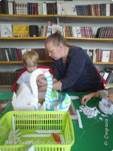 """Всем добрый день! Стало традицией у нас с внучкой- посещать по средам сельскую библиотеку и принимать активное участие в кружке """"Домовенок"""". Обещали мы ребятишкам, что научим их собирать из модулей лебедей и научили.))) Вот мы  довольные со своими поделками стоим.)))) фото 5"""