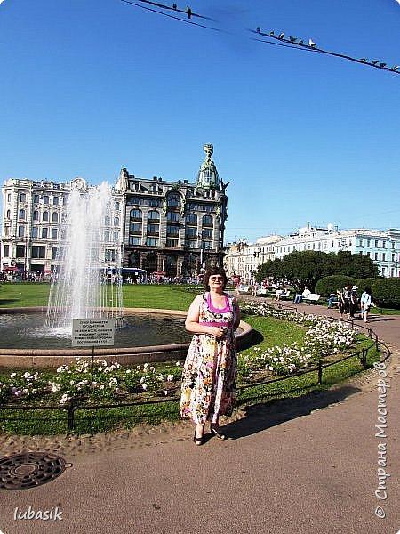 Здравствуйте мои дорогие, мои горячо любимые соседи по прекрасной Стране! Давно я ничего не выставляла. Не хотела я в этом году никуда выезжать, но подсчитала и поняла, что не была в своём любимом городе Санкт - Петербург уже 9 лет. Я обожаю его каждой своей клеточкой. И полетела я на недельку в Питер. 3 дня гостила у сестры на даче. А вот на 4 дня составила себе план - пройтись по своим любимым местам и сходить туда, где я не была. Надо сказать, что ноги я сносила за это время по самые уши. Свои впечатления решила воплотить в этом репортаже. Надеюсь, что вам понравится прогулка по Санкт - Петербургу вместе со мной. Начинаю свой рассказ со стрелки Васильевского острова, где можно полюбоваться двумя Ростральными колоннами. Они были созданы по проекту Тома де Томона. Высота колонн  32 метра. Колонны украшены металлическими рострами, то есть , носовыми частями кораблей. Фигуры изображают речных богов. Есть ещё одна гипотиза, по которой фигуры представляют великие реки России – Волгу, Днепр, Неву и Волхов, хотя она возникла совсем недавно.  фото 34