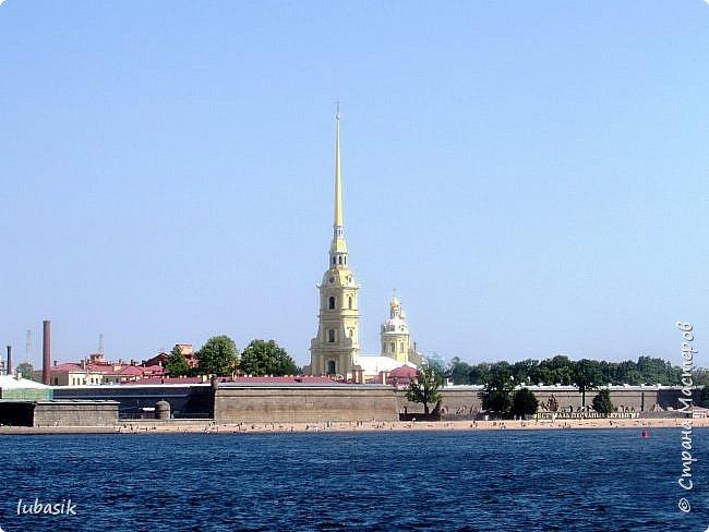 Здравствуйте мои дорогие, мои горячо любимые соседи по прекрасной Стране! Давно я ничего не выставляла. Не хотела я в этом году никуда выезжать, но подсчитала и поняла, что не была в своём любимом городе Санкт - Петербург уже 9 лет. Я обожаю его каждой своей клеточкой. И полетела я на недельку в Питер. 3 дня гостила у сестры на даче. А вот на 4 дня составила себе план - пройтись по своим любимым местам и сходить туда, где я не была. Надо сказать, что ноги я сносила за это время по самые уши. Свои впечатления решила воплотить в этом репортаже. Надеюсь, что вам понравится прогулка по Санкт - Петербургу вместе со мной. Начинаю свой рассказ со стрелки Васильевского острова, где можно полюбоваться двумя Ростральными колоннами. Они были созданы по проекту Тома де Томона. Высота колонн  32 метра. Колонны украшены металлическими рострами, то есть , носовыми частями кораблей. Фигуры изображают речных богов. Есть ещё одна гипотиза, по которой фигуры представляют великие реки России – Волгу, Днепр, Неву и Волхов, хотя она возникла совсем недавно.  фото 3