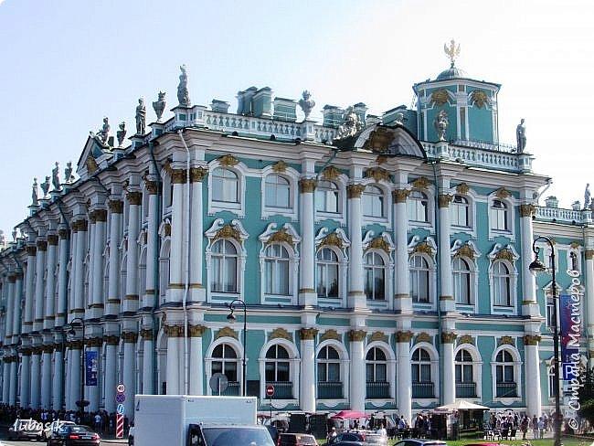 Здравствуйте мои дорогие, мои горячо любимые соседи по прекрасной Стране! Давно я ничего не выставляла. Не хотела я в этом году никуда выезжать, но подсчитала и поняла, что не была в своём любимом городе Санкт - Петербург уже 9 лет. Я обожаю его каждой своей клеточкой. И полетела я на недельку в Питер. 3 дня гостила у сестры на даче. А вот на 4 дня составила себе план - пройтись по своим любимым местам и сходить туда, где я не была. Надо сказать, что ноги я сносила за это время по самые уши. Свои впечатления решила воплотить в этом репортаже. Надеюсь, что вам понравится прогулка по Санкт - Петербургу вместе со мной. Начинаю свой рассказ со стрелки Васильевского острова, где можно полюбоваться двумя Ростральными колоннами. Они были созданы по проекту Тома де Томона. Высота колонн  32 метра. Колонны украшены металлическими рострами, то есть , носовыми частями кораблей. Фигуры изображают речных богов. Есть ещё одна гипотиза, по которой фигуры представляют великие реки России – Волгу, Днепр, Неву и Волхов, хотя она возникла совсем недавно.  фото 9