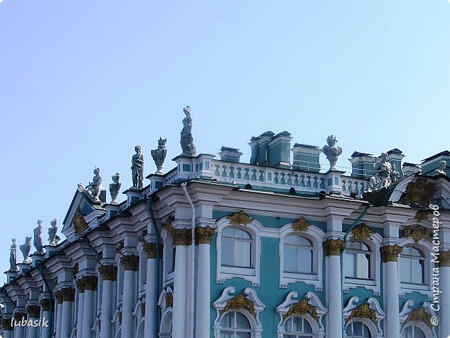 Здравствуйте мои дорогие, мои горячо любимые соседи по прекрасной Стране! Давно я ничего не выставляла. Не хотела я в этом году никуда выезжать, но подсчитала и поняла, что не была в своём любимом городе Санкт - Петербург уже 9 лет. Я обожаю его каждой своей клеточкой. И полетела я на недельку в Питер. 3 дня гостила у сестры на даче. А вот на 4 дня составила себе план - пройтись по своим любимым местам и сходить туда, где я не была. Надо сказать, что ноги я сносила за это время по самые уши. Свои впечатления решила воплотить в этом репортаже. Надеюсь, что вам понравится прогулка по Санкт - Петербургу вместе со мной. Начинаю свой рассказ со стрелки Васильевского острова, где можно полюбоваться двумя Ростральными колоннами. Они были созданы по проекту Тома де Томона. Высота колонн  32 метра. Колонны украшены металлическими рострами, то есть , носовыми частями кораблей. Фигуры изображают речных богов. Есть ещё одна гипотиза, по которой фигуры представляют великие реки России – Волгу, Днепр, Неву и Волхов, хотя она возникла совсем недавно.  фото 10
