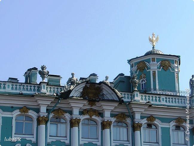 Здравствуйте мои дорогие, мои горячо любимые соседи по прекрасной Стране! Давно я ничего не выставляла. Не хотела я в этом году никуда выезжать, но подсчитала и поняла, что не была в своём любимом городе Санкт - Петербург уже 9 лет. Я обожаю его каждой своей клеточкой. И полетела я на недельку в Питер. 3 дня гостила у сестры на даче. А вот на 4 дня составила себе план - пройтись по своим любимым местам и сходить туда, где я не была. Надо сказать, что ноги я сносила за это время по самые уши. Свои впечатления решила воплотить в этом репортаже. Надеюсь, что вам понравится прогулка по Санкт - Петербургу вместе со мной. Начинаю свой рассказ со стрелки Васильевского острова, где можно полюбоваться двумя Ростральными колоннами. Они были созданы по проекту Тома де Томона. Высота колонн  32 метра. Колонны украшены металлическими рострами, то есть , носовыми частями кораблей. Фигуры изображают речных богов. Есть ещё одна гипотиза, по которой фигуры представляют великие реки России – Волгу, Днепр, Неву и Волхов, хотя она возникла совсем недавно.  фото 11