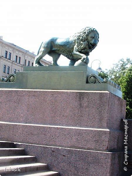 Здравствуйте мои дорогие, мои горячо любимые соседи по прекрасной Стране! Давно я ничего не выставляла. Не хотела я в этом году никуда выезжать, но подсчитала и поняла, что не была в своём любимом городе Санкт - Петербург уже 9 лет. Я обожаю его каждой своей клеточкой. И полетела я на недельку в Питер. 3 дня гостила у сестры на даче. А вот на 4 дня составила себе план - пройтись по своим любимым местам и сходить туда, где я не была. Надо сказать, что ноги я сносила за это время по самые уши. Свои впечатления решила воплотить в этом репортаже. Надеюсь, что вам понравится прогулка по Санкт - Петербургу вместе со мной. Начинаю свой рассказ со стрелки Васильевского острова, где можно полюбоваться двумя Ростральными колоннами. Они были созданы по проекту Тома де Томона. Высота колонн  32 метра. Колонны украшены металлическими рострами, то есть , носовыми частями кораблей. Фигуры изображают речных богов. Есть ещё одна гипотиза, по которой фигуры представляют великие реки России – Волгу, Днепр, Неву и Волхов, хотя она возникла совсем недавно.  фото 15