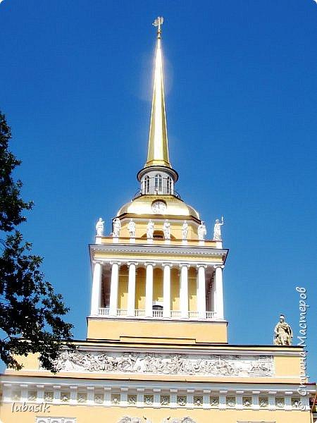 Здравствуйте мои дорогие, мои горячо любимые соседи по прекрасной Стране! Давно я ничего не выставляла. Не хотела я в этом году никуда выезжать, но подсчитала и поняла, что не была в своём любимом городе Санкт - Петербург уже 9 лет. Я обожаю его каждой своей клеточкой. И полетела я на недельку в Питер. 3 дня гостила у сестры на даче. А вот на 4 дня составила себе план - пройтись по своим любимым местам и сходить туда, где я не была. Надо сказать, что ноги я сносила за это время по самые уши. Свои впечатления решила воплотить в этом репортаже. Надеюсь, что вам понравится прогулка по Санкт - Петербургу вместе со мной. Начинаю свой рассказ со стрелки Васильевского острова, где можно полюбоваться двумя Ростральными колоннами. Они были созданы по проекту Тома де Томона. Высота колонн  32 метра. Колонны украшены металлическими рострами, то есть , носовыми частями кораблей. Фигуры изображают речных богов. Есть ещё одна гипотиза, по которой фигуры представляют великие реки России – Волгу, Днепр, Неву и Волхов, хотя она возникла совсем недавно.  фото 24