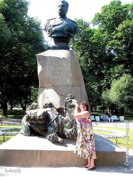 Здравствуйте мои дорогие, мои горячо любимые соседи по прекрасной Стране! Давно я ничего не выставляла. Не хотела я в этом году никуда выезжать, но подсчитала и поняла, что не была в своём любимом городе Санкт - Петербург уже 9 лет. Я обожаю его каждой своей клеточкой. И полетела я на недельку в Питер. 3 дня гостила у сестры на даче. А вот на 4 дня составила себе план - пройтись по своим любимым местам и сходить туда, где я не была. Надо сказать, что ноги я сносила за это время по самые уши. Свои впечатления решила воплотить в этом репортаже. Надеюсь, что вам понравится прогулка по Санкт - Петербургу вместе со мной. Начинаю свой рассказ со стрелки Васильевского острова, где можно полюбоваться двумя Ростральными колоннами. Они были созданы по проекту Тома де Томона. Высота колонн  32 метра. Колонны украшены металлическими рострами, то есть , носовыми частями кораблей. Фигуры изображают речных богов. Есть ещё одна гипотиза, по которой фигуры представляют великие реки России – Волгу, Днепр, Неву и Волхов, хотя она возникла совсем недавно.  фото 23