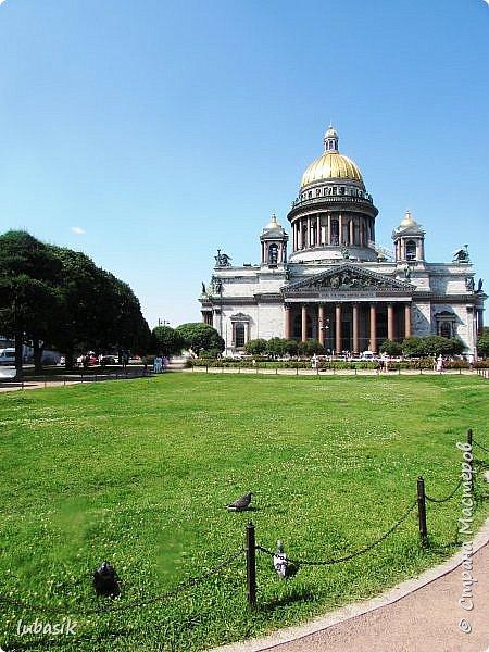 Здравствуйте мои дорогие, мои горячо любимые соседи по прекрасной Стране! Давно я ничего не выставляла. Не хотела я в этом году никуда выезжать, но подсчитала и поняла, что не была в своём любимом городе Санкт - Петербург уже 9 лет. Я обожаю его каждой своей клеточкой. И полетела я на недельку в Питер. 3 дня гостила у сестры на даче. А вот на 4 дня составила себе план - пройтись по своим любимым местам и сходить туда, где я не была. Надо сказать, что ноги я сносила за это время по самые уши. Свои впечатления решила воплотить в этом репортаже. Надеюсь, что вам понравится прогулка по Санкт - Петербургу вместе со мной. Начинаю свой рассказ со стрелки Васильевского острова, где можно полюбоваться двумя Ростральными колоннами. Они были созданы по проекту Тома де Томона. Высота колонн  32 метра. Колонны украшены металлическими рострами, то есть , носовыми частями кораблей. Фигуры изображают речных богов. Есть ещё одна гипотиза, по которой фигуры представляют великие реки России – Волгу, Днепр, Неву и Волхов, хотя она возникла совсем недавно.  фото 26