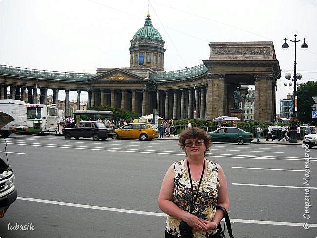 Здравствуйте мои дорогие, мои горячо любимые соседи по прекрасной Стране! Давно я ничего не выставляла. Не хотела я в этом году никуда выезжать, но подсчитала и поняла, что не была в своём любимом городе Санкт - Петербург уже 9 лет. Я обожаю его каждой своей клеточкой. И полетела я на недельку в Питер. 3 дня гостила у сестры на даче. А вот на 4 дня составила себе план - пройтись по своим любимым местам и сходить туда, где я не была. Надо сказать, что ноги я сносила за это время по самые уши. Свои впечатления решила воплотить в этом репортаже. Надеюсь, что вам понравится прогулка по Санкт - Петербургу вместе со мной. Начинаю свой рассказ со стрелки Васильевского острова, где можно полюбоваться двумя Ростральными колоннами. Они были созданы по проекту Тома де Томона. Высота колонн  32 метра. Колонны украшены металлическими рострами, то есть , носовыми частями кораблей. Фигуры изображают речных богов. Есть ещё одна гипотиза, по которой фигуры представляют великие реки России – Волгу, Днепр, Неву и Волхов, хотя она возникла совсем недавно.  фото 33