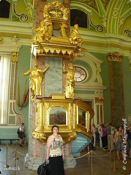 Здравствуйте мои дорогие, мои горячо любимые соседи по прекрасной Стране! Давно я ничего не выставляла. Не хотела я в этом году никуда выезжать, но подсчитала и поняла, что не была в своём любимом городе Санкт - Петербург уже 9 лет. Я обожаю его каждой своей клеточкой. И полетела я на недельку в Питер. 3 дня гостила у сестры на даче. А вот на 4 дня составила себе план - пройтись по своим любимым местам и сходить туда, где я не была. Надо сказать, что ноги я сносила за это время по самые уши. Свои впечатления решила воплотить в этом репортаже. Надеюсь, что вам понравится прогулка по Санкт - Петербургу вместе со мной. Начинаю свой рассказ со стрелки Васильевского острова, где можно полюбоваться двумя Ростральными колоннами. Они были созданы по проекту Тома де Томона. Высота колонн  32 метра. Колонны украшены металлическими рострами, то есть , носовыми частями кораблей. Фигуры изображают речных богов. Есть ещё одна гипотиза, по которой фигуры представляют великие реки России – Волгу, Днепр, Неву и Волхов, хотя она возникла совсем недавно.  фото 8