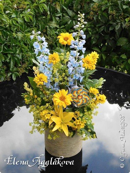 Добрый день! Этим летом я решила осуществить еще одну свою мечту - научится цветочному дизайну. Очень люблю цветы, травки-муравки, деревья и вообще все растения. Уже третий месяц я учусь создавать красоту! Очень увлекательно работать с цветами! Я взяла небольшой курс по цветочному дизайну. Дома делаю оранжировки из того что под рукой, беру цветы из своего садика. Другие композиции делала для цветочного магазина где прохожу практику. Делюсь красотой! фото 8
