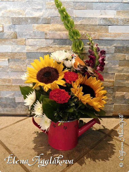 Добрый день! Этим летом я решила осуществить еще одну свою мечту - научится цветочному дизайну. Очень люблю цветы, травки-муравки, деревья и вообще все растения. Уже третий месяц я учусь создавать красоту! Очень увлекательно работать с цветами! Я взяла небольшой курс по цветочному дизайну. Дома делаю оранжировки из того что под рукой, беру цветы из своего садика. Другие композиции делала для цветочного магазина где прохожу практику. Делюсь красотой! фото 5