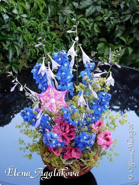 Добрый день! Этим летом я решила осуществить еще одну свою мечту - научится цветочному дизайну. Очень люблю цветы, травки-муравки, деревья и вообще все растения. Уже третий месяц я учусь создавать красоту! Очень увлекательно работать с цветами! Я взяла небольшой курс по цветочному дизайну. Дома делаю оранжировки из того что под рукой, беру цветы из своего садика. Другие композиции делала для цветочного магазина где прохожу практику. Делюсь красотой! фото 10