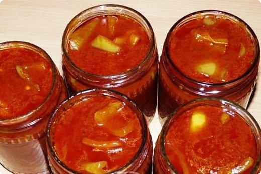 Продолжаю делиться самыми любимыми  в моей семье заготовками.                                                   ПЕРЕЦ В ТОМАТНОМ СОУСЕ                  4 кг сладкого перца, 2 стакана томатного соуса или 4 стакана томатного сока, 1 стакан сахара, 150г уксуса 9%, 2 ст. л. соли, неполный стакан масла подсолнечного, чеснок.              На дно стерилизованных банок положить чеснок, выдавленный через чеснокодавку, на кончике ножа.  Из соуса, соли, сахара и уксуса сварить маринад (воды не надо!!!!). Когда маринад закипит, добавить в него перец, порезанный крупными кусочками, кипятить 15 минут (не больше!!!!) Разложить в стерилизованные банки и закатать. Быстро, просто и очень вкусно!! Выходит 3,5 литра. фото 4