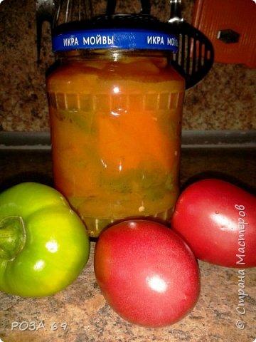 Продолжаю делиться самыми любимыми  в моей семье заготовками.                                                   ПЕРЕЦ В ТОМАТНОМ СОУСЕ                  4 кг сладкого перца, 2 стакана томатного соуса или 4 стакана томатного сока, 1 стакан сахара, 150г уксуса 9%, 2 ст. л. соли, неполный стакан масла подсолнечного, чеснок.              На дно стерилизованных банок положить чеснок, выдавленный через чеснокодавку, на кончике ножа.  Из соуса, соли, сахара и уксуса сварить маринад (воды не надо!!!!). Когда маринад закипит, добавить в него перец, порезанный крупными кусочками, кипятить 15 минут (не больше!!!!) Разложить в стерилизованные банки и закатать. Быстро, просто и очень вкусно!! Выходит 3,5 литра. фото 1