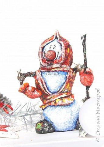 """Увидели свет мои новые ребятки """"снеговятки"""". Компания из четырех весельчаков! Все выполнены в технике """"папье-маше"""". Размер 16-18 см. Легкие и очень прочные) Первый снеговик с лошадкой. фото 4"""