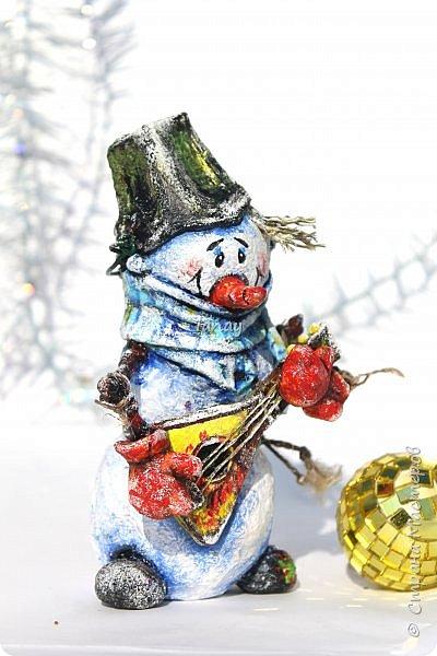 """Увидели свет мои новые ребятки """"снеговятки"""". Компания из четырех весельчаков! Все выполнены в технике """"папье-маше"""". Размер 16-18 см. Легкие и очень прочные) Первый снеговик с лошадкой. фото 5"""