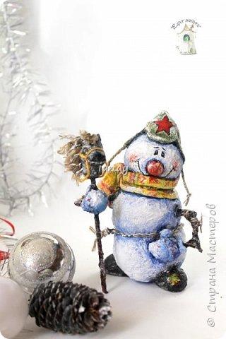 """Увидели свет мои новые ребятки """"снеговятки"""". Компания из четырех весельчаков! Все выполнены в технике """"папье-маше"""". Размер 16-18 см. Легкие и очень прочные) Первый снеговик с лошадкой. фото 1"""