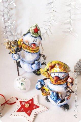 """Увидели свет мои новые ребятки """"снеговятки"""". Компания из четырех весельчаков! Все выполнены в технике """"папье-маше"""". Размер 16-18 см. Легкие и очень прочные) Первый снеговик с лошадкой. фото 7"""