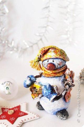 """Увидели свет мои новые ребятки """"снеговятки"""". Компания из четырех весельчаков! Все выполнены в технике """"папье-маше"""". Размер 16-18 см. Легкие и очень прочные) Первый снеговик с лошадкой. фото 2"""