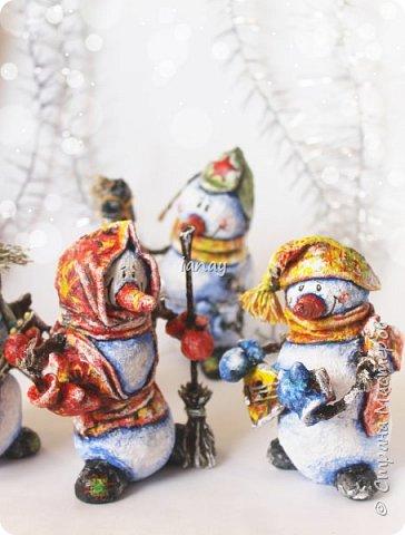 """Увидели свет мои новые ребятки """"снеговятки"""". Компания из четырех весельчаков! Все выполнены в технике """"папье-маше"""". Размер 16-18 см. Легкие и очень прочные) Первый снеговик с лошадкой. фото 3"""