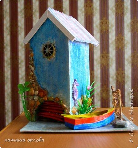 Здравствуйте дорогие друзья!!! Рада новой встрече с вами. Сегодня хочу представить свою работу, делала в подарок для родственника. Получился вот такой домик рыбака.  Для  создания домика использованы различные материалы:  картон переплётный для основы, акриловые краски, разные искусственные водоросли, камушки, морской песок, фигурки морских коньков, некоторых ракушек отлиты с помощью молдов  (наполнитель жидкий пластик), лодочка склеена из тонкого картона и окрашена акриловыми красками, вёсла тоже из картона. Сеть плела из толстых ниток. Внутри домик оклеен бумагой для скрапбукинга. фото 2