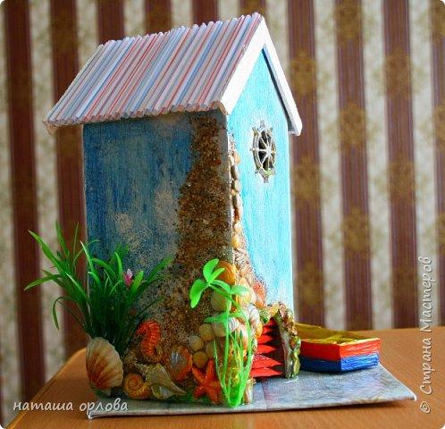 Здравствуйте дорогие друзья!!! Рада новой встрече с вами. Сегодня хочу представить свою работу, делала в подарок для родственника. Получился вот такой домик рыбака.  Для  создания домика использованы различные материалы:  картон переплётный для основы, акриловые краски, разные искусственные водоросли, камушки, морской песок, фигурки морских коньков, некоторых ракушек отлиты с помощью молдов  (наполнитель жидкий пластик), лодочка склеена из тонкого картона и окрашена акриловыми красками, вёсла тоже из картона. Сеть плела из толстых ниток. Внутри домик оклеен бумагой для скрапбукинга. фото 3