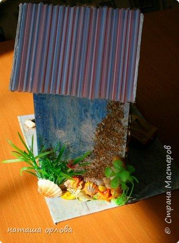 Здравствуйте дорогие друзья!!! Рада новой встрече с вами. Сегодня хочу представить свою работу, делала в подарок для родственника. Получился вот такой домик рыбака.  Для  создания домика использованы различные материалы:  картон переплётный для основы, акриловые краски, разные искусственные водоросли, камушки, морской песок, фигурки морских коньков, некоторых ракушек отлиты с помощью молдов  (наполнитель жидкий пластик), лодочка склеена из тонкого картона и окрашена акриловыми красками, вёсла тоже из картона. Сеть плела из толстых ниток. Внутри домик оклеен бумагой для скрапбукинга. фото 7