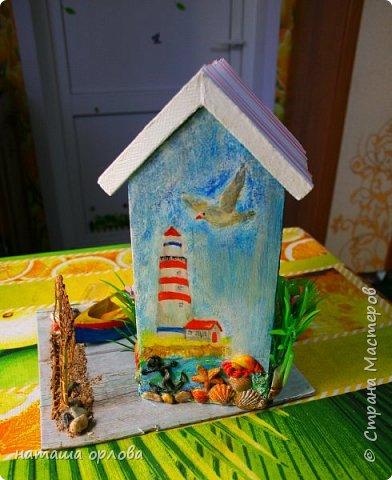Здравствуйте дорогие друзья!!! Рада новой встрече с вами. Сегодня хочу представить свою работу, делала в подарок для родственника. Получился вот такой домик рыбака.  Для  создания домика использованы различные материалы:  картон переплётный для основы, акриловые краски, разные искусственные водоросли, камушки, морской песок, фигурки морских коньков, некоторых ракушек отлиты с помощью молдов  (наполнитель жидкий пластик), лодочка склеена из тонкого картона и окрашена акриловыми красками, вёсла тоже из картона. Сеть плела из толстых ниток. Внутри домик оклеен бумагой для скрапбукинга. фото 5