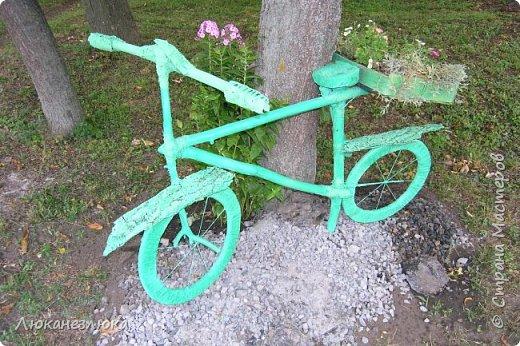 Здравствуйте! Очень мне нравится композиция , в ландшафтном дизайне с велосипедом... только я не стала использовать настоящий велик в этом деле , а сделала подобие велосипеда  ,с палок , коры , капроновых веревочек , а колеса вырезала с  с пеноплекса (разновидность пенопласта , но более крепкий материал ).    Велик очень органично вписался в общую композицию  - к скворечникам , птицам и клумбам на пнях ...ну и к деревьям , скверика! фото 11