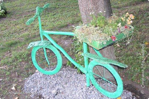 Здравствуйте! Очень мне нравится композиция , в ландшафтном дизайне с велосипедом... только я не стала использовать настоящий велик в этом деле , а сделала подобие велосипеда  ,с палок , коры , капроновых веревочек , а колеса вырезала с  с пеноплекса (разновидность пенопласта , но более крепкий материал ).    Велик очень органично вписался в общую композицию  - к скворечникам , птицам и клумбам на пнях ...ну и к деревьям , скверика! фото 2