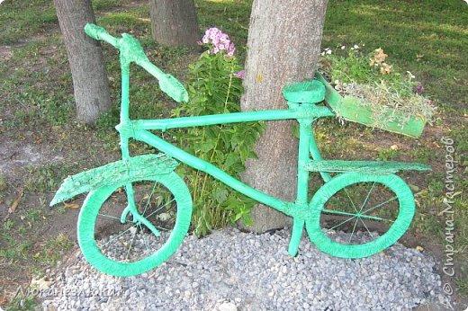 Здравствуйте! Очень мне нравится композиция , в ландшафтном дизайне с велосипедом... только я не стала использовать настоящий велик в этом деле , а сделала подобие велосипеда  ,с палок , коры , капроновых веревочек , а колеса вырезала с  с пеноплекса (разновидность пенопласта , но более крепкий материал ).    Велик очень органично вписался в общую композицию  - к скворечникам , птицам и клумбам на пнях ...ну и к деревьям , скверика! фото 1