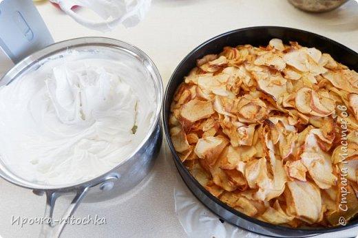 Вот такой яблочный пирог я пеку для своей семьи в последнее время. Нашла я рецепт на иностранном сайте.  У меня разъемная форма диаметром 26 см.  Для теста: мука пшеничная в/с - 250 г сахар                       - 150г масло сливочное (или маргарин,спред) - 115 г желтки                     - 4 шт сметана                   - 60 г ванилин на кончике ножа  цедра 1 лимона разрыхлитель           - 10 г соль                         - 1/4 ч.л.  Для начинки: 4-5 яблок среднего размера сок 1/2 лимона корица - 1 ч.л.  Для меренги: белки  - 4 шт сахар  - 150 г  Как готовить:  Готовим начинку. Яблоки надо очистить и нарезать дольками (я не чистила). Добавляем сок лимона и корицу.  В отдельной посуде смешиваем сухие компоненты: муку, разрыхлитель, соль.  В чаше миксере взбиваем масло комнатной температуры с сахаром до побеления, добавляем желтки, сметану, ванилин и цедру лимона. Получаем кремовую массу.  Добавляем сухие компоненты, перемешиваем ложкой.  Готовое тесто выкладываем в форму с пергаментом и разравниваем. По тесту выкладываем начинку из яблок. Форму ставим в духовку на 30 мин при температуре 180 градусов.  Взбиваем белки до легкого побеления, затем в три приема вносим сахар. Каждую порцию сахара тщательно взбиваем с белками. Получится плотная масса. По окончании времени выпечки, выкладываем меренгу поверх яблок и снова ставим в духовку при этой же температуре еще на 20 мин. Пирог готов!  фото 7