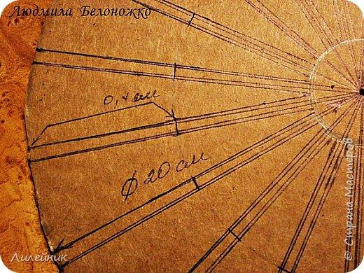 Продолжаю МК картонной основы для вазы.Часть 1 https://stranamasterov.ru/node/1151452. Преступаем к самому сложному к фиксирующим кругам, их будет 3 шт. Берем картон 0.2 мм, циркуль и на картоне рисуем три круга; первый-диаметром 11 см (диаметр трубы), второй- 13 см, третий диаметром 21 см.  Через центр круга проводим прямую линию (диаметр круга). Вырезаем внутри диаметр 11 см, и по наружи диаметра 21 см. Картонок 3 шт. фото 5