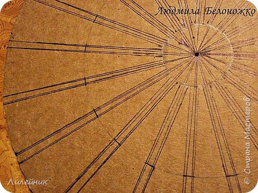 Продолжаю МК картонной основы для вазы.Часть 1 https://stranamasterov.ru/node/1151452. Преступаем к самому сложному к фиксирующим кругам, их будет 3 шт. Берем картон 0.2 мм, циркуль и на картоне рисуем три круга; первый-диаметром 11 см (диаметр трубы), второй- 13 см, третий диаметром 21 см.  Через центр круга проводим прямую линию (диаметр круга). Вырезаем внутри диаметр 11 см, и по наружи диаметра 21 см. Картонок 3 шт. фото 4