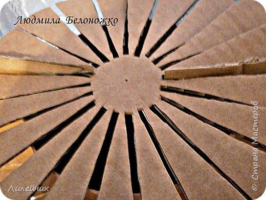 Продолжаю МК картонной основы для вазы.Часть 1 https://stranamasterov.ru/node/1151452. Преступаем к самому сложному к фиксирующим кругам, их будет 3 шт. Берем картон 0.2 мм, циркуль и на картоне рисуем три круга; первый-диаметром 11 см (диаметр трубы), второй- 13 см, третий диаметром 21 см.  Через центр круга проводим прямую линию (диаметр круга). Вырезаем внутри диаметр 11 см, и по наружи диаметра 21 см. Картонок 3 шт. фото 14