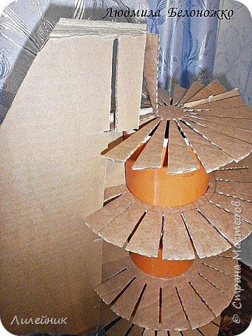 Продолжаю МК картонной основы для вазы.Часть 1 https://stranamasterov.ru/node/1151452. Преступаем к самому сложному к фиксирующим кругам, их будет 3 шт. Берем картон 0.2 мм, циркуль и на картоне рисуем три круга; первый-диаметром 11 см (диаметр трубы), второй- 13 см, третий диаметром 21 см.  Через центр круга проводим прямую линию (диаметр круга). Вырезаем внутри диаметр 11 см, и по наружи диаметра 21 см. Картонок 3 шт. фото 16
