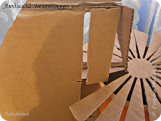 Продолжаю МК картонной основы для вазы.Часть 1 https://stranamasterov.ru/node/1151452. Преступаем к самому сложному к фиксирующим кругам, их будет 3 шт. Берем картон 0.2 мм, циркуль и на картоне рисуем три круга; первый-диаметром 11 см (диаметр трубы), второй- 13 см, третий диаметром 21 см.  Через центр круга проводим прямую линию (диаметр круга). Вырезаем внутри диаметр 11 см, и по наружи диаметра 21 см. Картонок 3 шт. фото 17