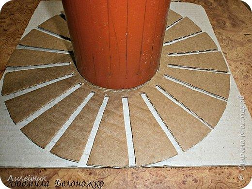 Продолжаю МК картонной основы для вазы.Часть 1 https://stranamasterov.ru/node/1151452. Преступаем к самому сложному к фиксирующим кругам, их будет 3 шт. Берем картон 0.2 мм, циркуль и на картоне рисуем три круга; первый-диаметром 11 см (диаметр трубы), второй- 13 см, третий диаметром 21 см.  Через центр круга проводим прямую линию (диаметр круга). Вырезаем внутри диаметр 11 см, и по наружи диаметра 21 см. Картонок 3 шт. фото 30