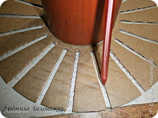 Продолжаю МК картонной основы для вазы.Часть 1 https://stranamasterov.ru/node/1151452. Преступаем к самому сложному к фиксирующим кругам, их будет 3 шт. Берем картон 0.2 мм, циркуль и на картоне рисуем три круга; первый-диаметром 11 см (диаметр трубы), второй- 13 см, третий диаметром 21 см.  Через центр круга проводим прямую линию (диаметр круга). Вырезаем внутри диаметр 11 см, и по наружи диаметра 21 см. Картонок 3 шт. фото 31