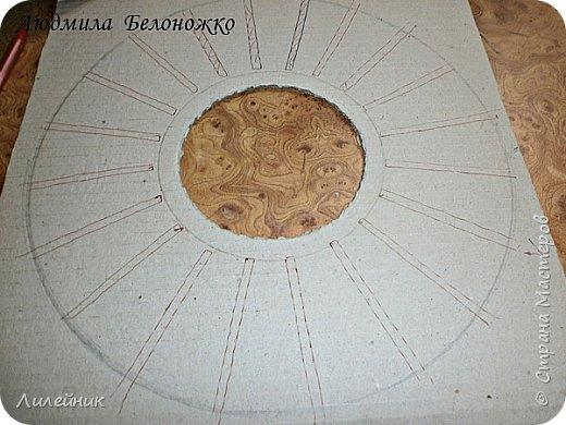Продолжаю МК картонной основы для вазы.Часть 1 https://stranamasterov.ru/node/1151452. Преступаем к самому сложному к фиксирующим кругам, их будет 3 шт. Берем картон 0.2 мм, циркуль и на картоне рисуем три круга; первый-диаметром 11 см (диаметр трубы), второй- 13 см, третий диаметром 21 см.  Через центр круга проводим прямую линию (диаметр круга). Вырезаем внутри диаметр 11 см, и по наружи диаметра 21 см. Картонок 3 шт. фото 32