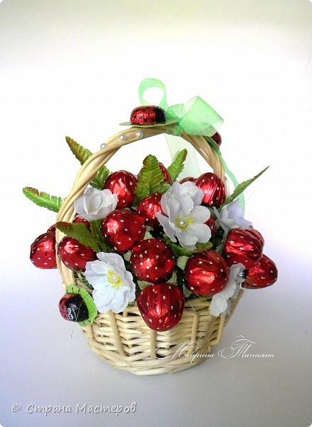 """Здравствуйте! Сегодня хочу показать вам корзинку с конфетной клубникой. В составе: конфеты """"Вулкан"""", фигурный шоколад, декоративный материал. фото 1"""