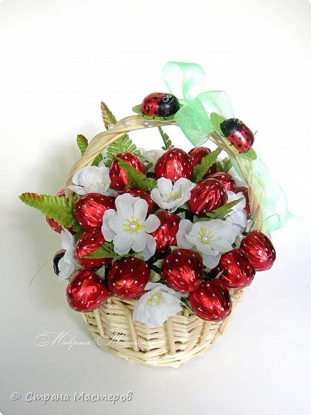 """Здравствуйте! Сегодня хочу показать вам корзинку с конфетной клубникой. В составе: конфеты """"Вулкан"""", фигурный шоколад, декоративный материал. фото 2"""