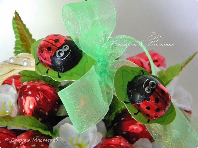 """Здравствуйте! Сегодня хочу показать вам корзинку с конфетной клубникой. В составе: конфеты """"Вулкан"""", фигурный шоколад, декоративный материал. фото 4"""