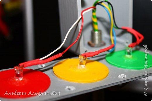 """Здравствуйте, дорогие друзья! В сегодняшней статье, я хочу Вас кратко ознакомить с действующей моделью светофора. Начнем с верхней части-сам светофор напечатан на 3D принтере из 2 частей: короб и передняя панелька с козырьками. В отверстия вставлены цветные """"стеклышки"""" круглой формы, которые тоже напечатаны на принтере.  фото 2"""