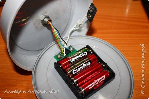 """Здравствуйте, дорогие друзья! В сегодняшней статье, я хочу Вас кратко ознакомить с действующей моделью светофора. Начнем с верхней части-сам светофор напечатан на 3D принтере из 2 частей: короб и передняя панелька с козырьками. В отверстия вставлены цветные """"стеклышки"""" круглой формы, которые тоже напечатаны на принтере.  фото 4"""